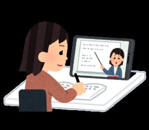 オンライン授業を受ける女性の画像