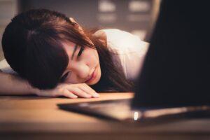 パソコンと疲れた女性